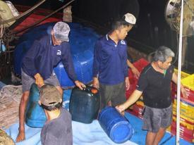 Bình Định: Tàu chìm, 10 ngư dân ôm can nhựa, cây gỗ chờ được cứu