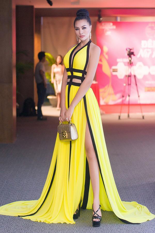 Nữ hoàng sắc đẹp Trần Huyền Nhung quyến rũ trên 'ghế nóng'-8