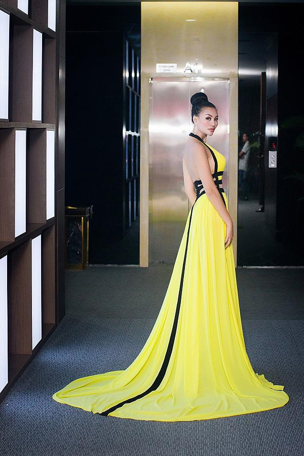 Nữ hoàng sắc đẹp Trần Huyền Nhung quyến rũ trên 'ghế nóng'-9