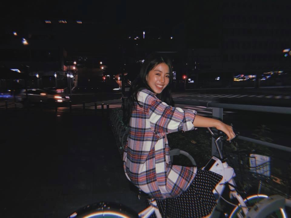Chán đi cướp hit, Minh Châu đã mặn hơn khi chuyển sang làm clip ghi lại phản ứng cực hài của mình với phim Việt-9