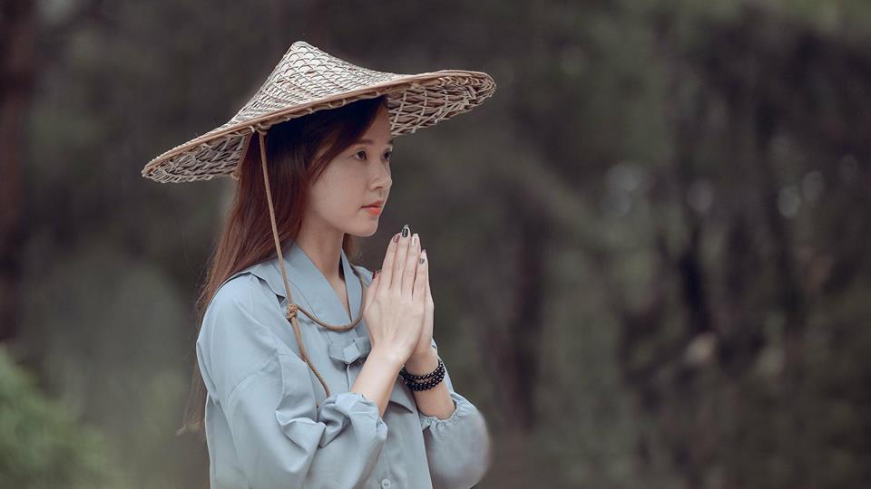 Chán đi cướp hit, Minh Châu đã mặn hơn khi chuyển sang làm clip ghi lại phản ứng cực hài của mình với phim Việt-4