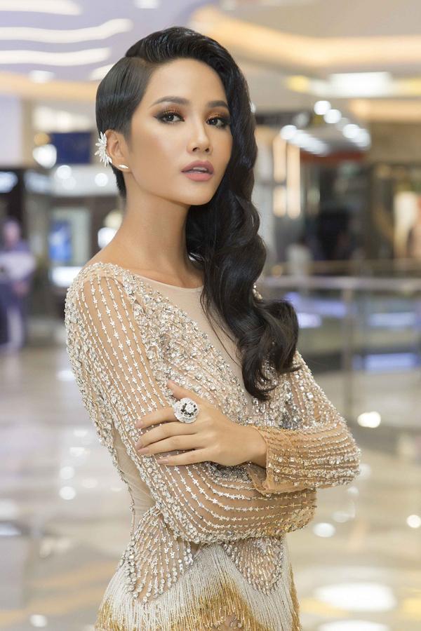 Đổi diện mạo liên tục trước Miss Universe 2018, HHen Niê xứng danh hoa hậu đa sắc màu nhất showbiz Việt-4