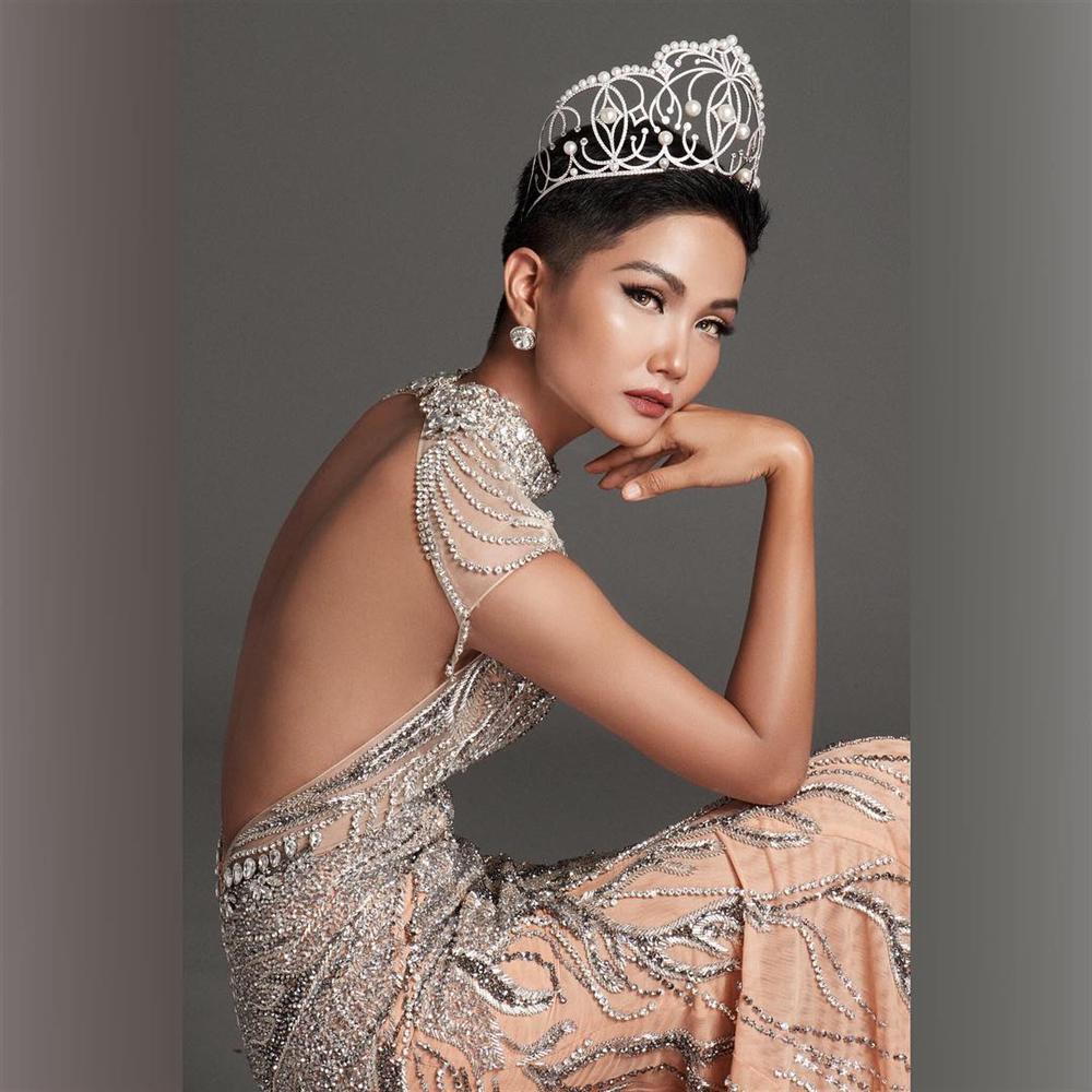 Đổi diện mạo liên tục trước Miss Universe 2018, HHen Niê xứng danh hoa hậu đa sắc màu nhất showbiz Việt-15
