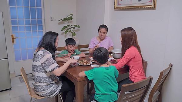 Gạo nếp gạo tẻ tập 56: Lê Phương đã ly dị chồng nhưng vẫn bị mẹ chồng đeo bám-6