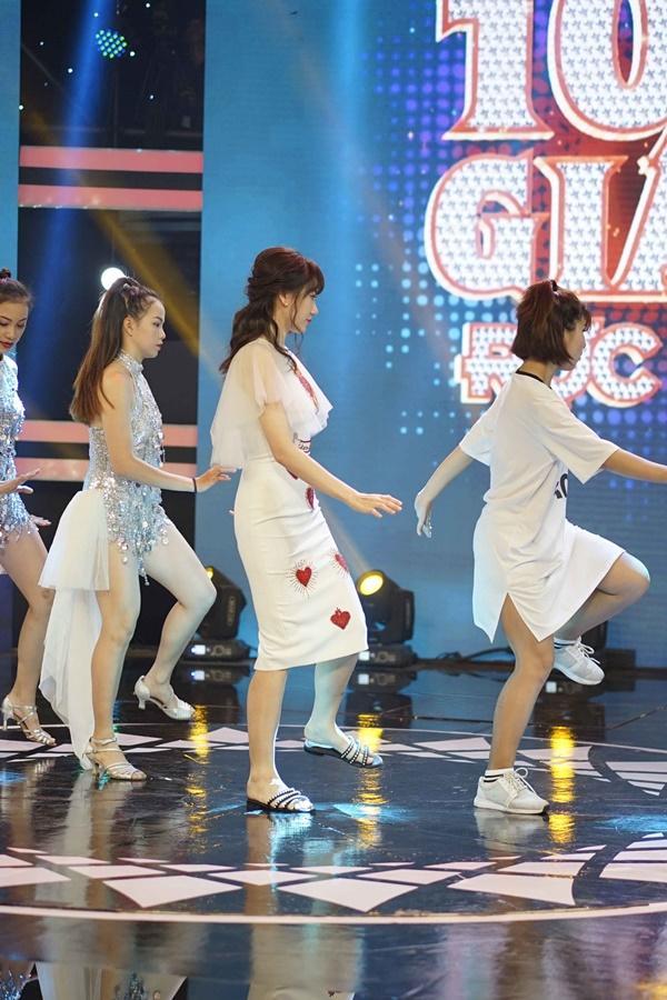 Hari Won mang dép lê tập nhảy khi hát hit của T-ara-4