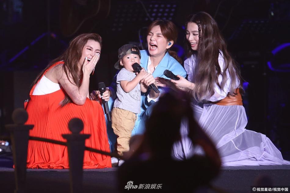 S.H.E kỉ niệm 17 năm tình bạn, bất ngờ mang con lên sân khấu biểu diễn-2