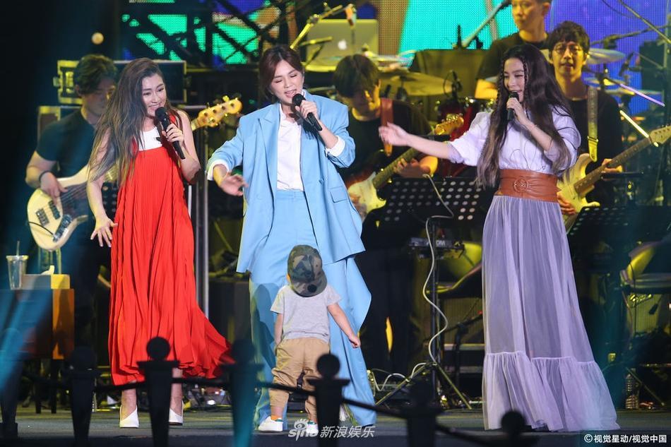 S.H.E kỉ niệm 17 năm tình bạn, bất ngờ mang con lên sân khấu biểu diễn-8
