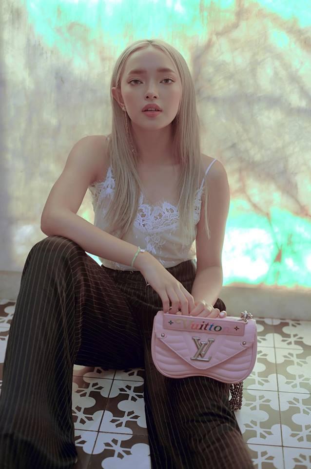 Trang Cherry lầy lội đặt tay lên vòng 1 của bạn diễn xinh đẹp-2