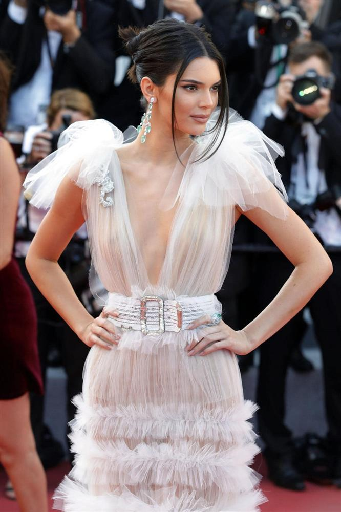 Sở thích khoe thân phản cảm đến hốt hoảng của Kendall Jenner-13