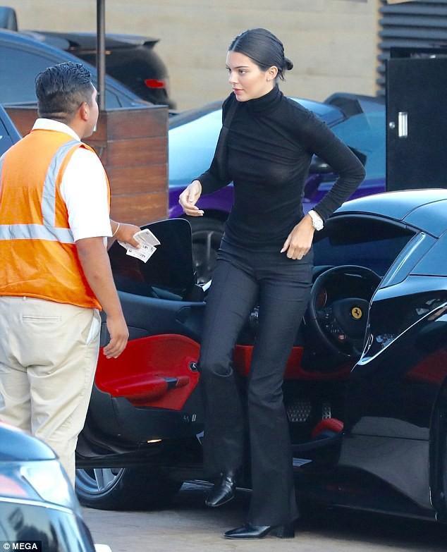 Sở thích khoe thân phản cảm đến hốt hoảng của Kendall Jenner-19