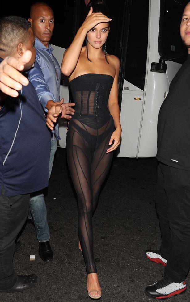 Sở thích khoe thân phản cảm đến hốt hoảng của Kendall Jenner-11