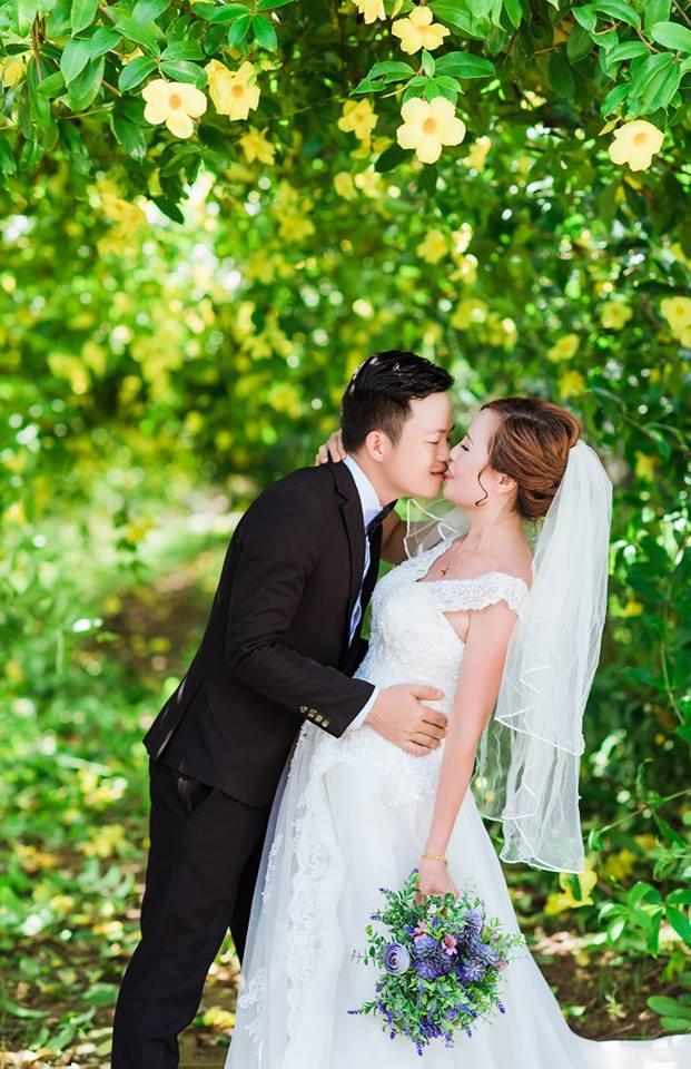 Cổ tích thời hiện đại: Cô dâu 61 tuổi ở Cao Bằng bất ngờ được chồng trẻ trao nhẫn đính hôn trong tiệc sinh nhật-1