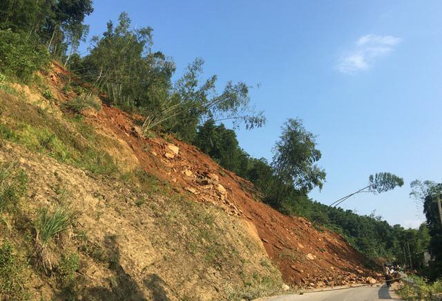 Kinh hãi cảnh lở núi vùi lấp hàng trăm mét quốc lộ 15A-1