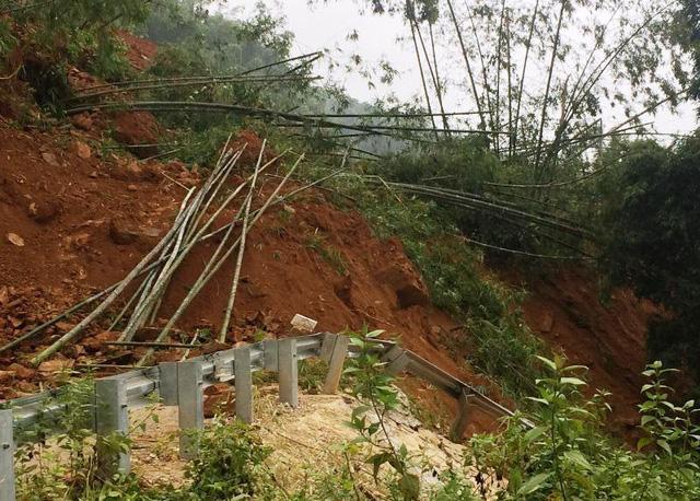 Kinh hãi cảnh lở núi vùi lấp hàng trăm mét quốc lộ 15A-2