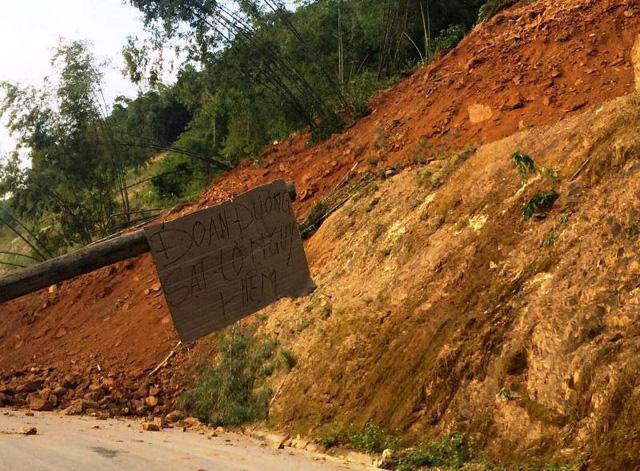Kinh hãi cảnh lở núi vùi lấp hàng trăm mét quốc lộ 15A-3