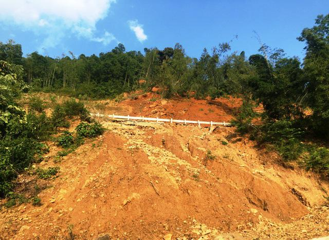 Kinh hãi cảnh lở núi vùi lấp hàng trăm mét quốc lộ 15A-4