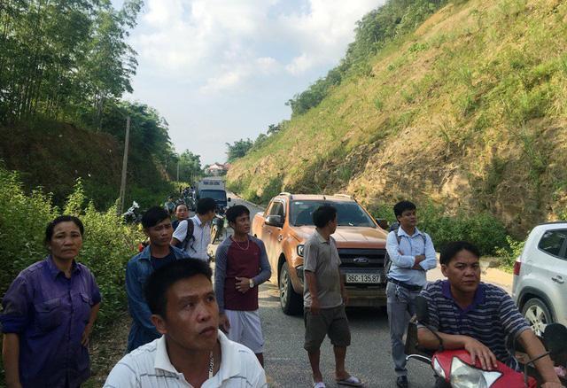 Kinh hãi cảnh lở núi vùi lấp hàng trăm mét quốc lộ 15A-6