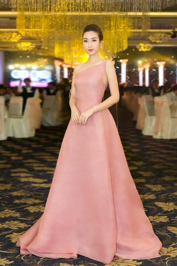 Nhã Phương lộ bụng to bất thường - Angela Phương Trinh lấy lại danh xưng nữ hoàng thảm đỏ tuần qua - ảnh 2