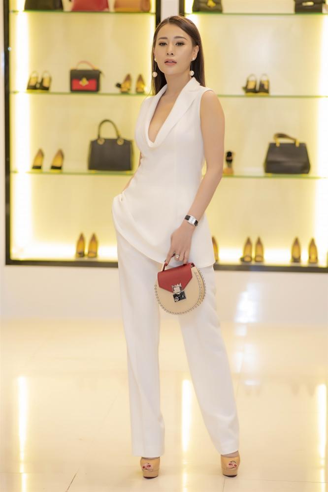 Nhã Phương lộ bụng to bất thường - Angela Phương Trinh lấy lại danh xưng nữ hoàng thảm đỏ tuần qua - ảnh 4