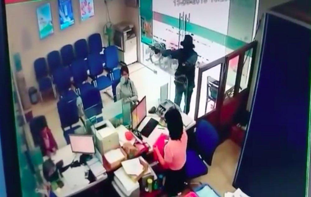 Video cảnh cướp chớp nhoáng 1 tỷ đồng ở Tiền Giang-3