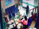 Nghi phạm cướp ngân hàng uống thuốc diệt cỏ tự tử trước khi bị bắt-5