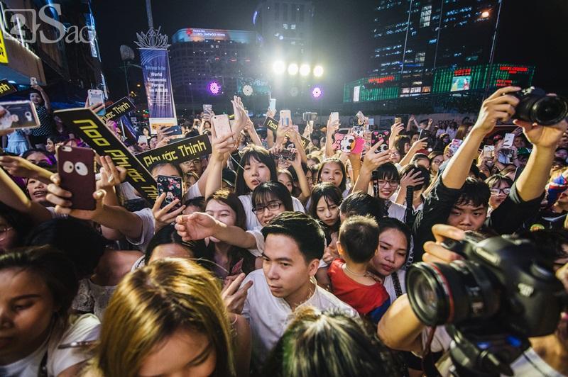 Khán giả kéo đến xem Noo Phước Thịnh gây tắc nghẽn cả con phố-1