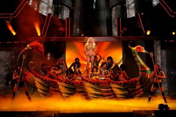 Fan bàng hoàng phát hiện: Britney Spears tái chế đạo cụ concert thành… hàng trang trí sân vườn-1