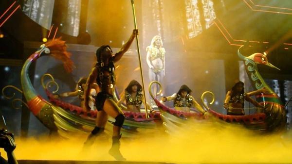 Fan bàng hoàng phát hiện: Britney Spears tái chế đạo cụ concert thành… hàng trang trí sân vườn-2