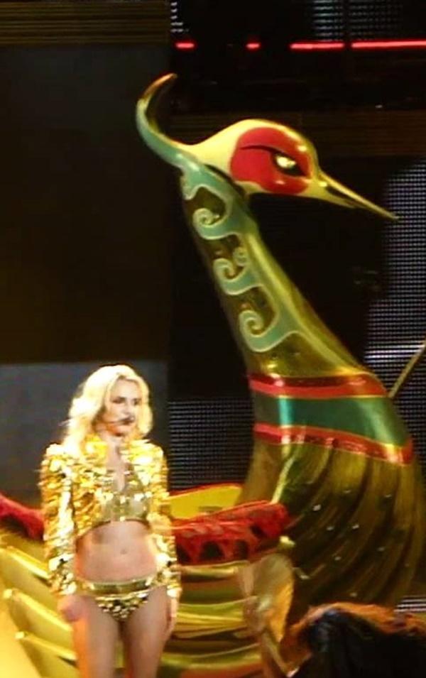 Fan bàng hoàng phát hiện: Britney Spears tái chế đạo cụ concert thành… hàng trang trí sân vườn-4
