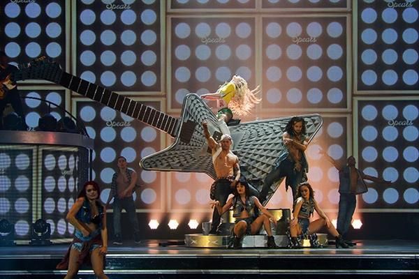 Fan bàng hoàng phát hiện: Britney Spears tái chế đạo cụ concert thành… hàng trang trí sân vườn-8