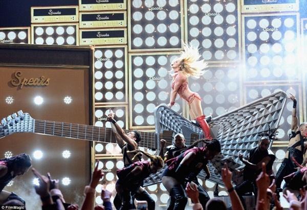 Fan bàng hoàng phát hiện: Britney Spears tái chế đạo cụ concert thành… hàng trang trí sân vườn-9