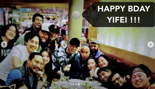 Lưu Diệc Phi để mặt mộc đi ăn tối với êkíp ở New Zealand-4