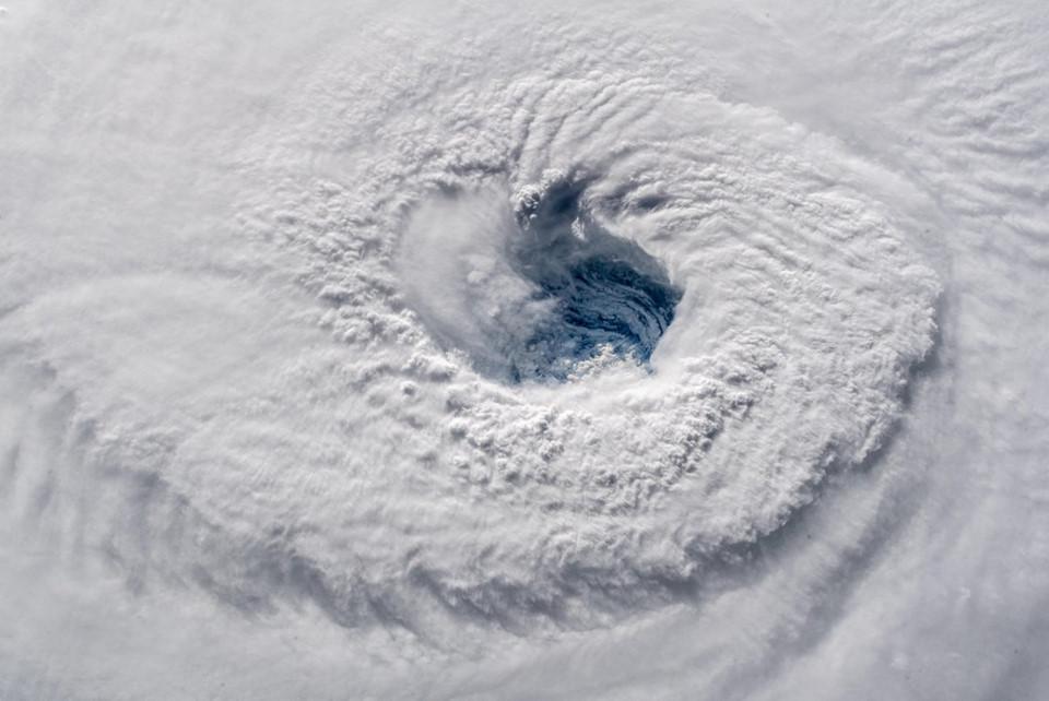 Hoàn lưu khổng lồ của bão Mangkhut và Florence nhìn từ không trung-1