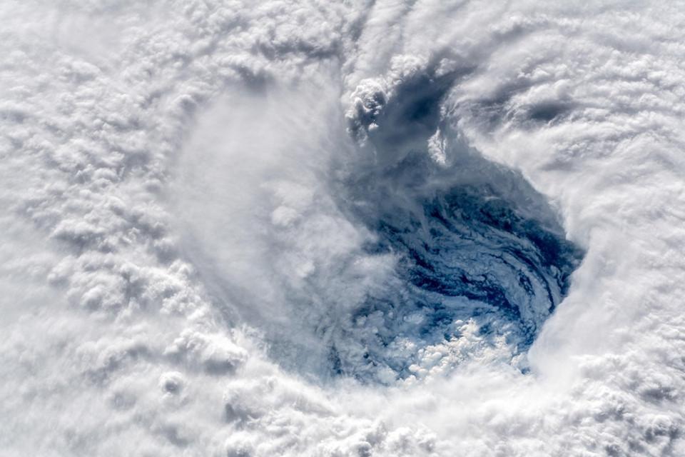 Hoàn lưu khổng lồ của bão Mangkhut và Florence nhìn từ không trung-2