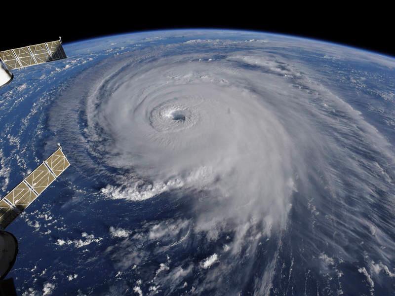 Hoàn lưu khổng lồ của bão Mangkhut và Florence nhìn từ không trung-3