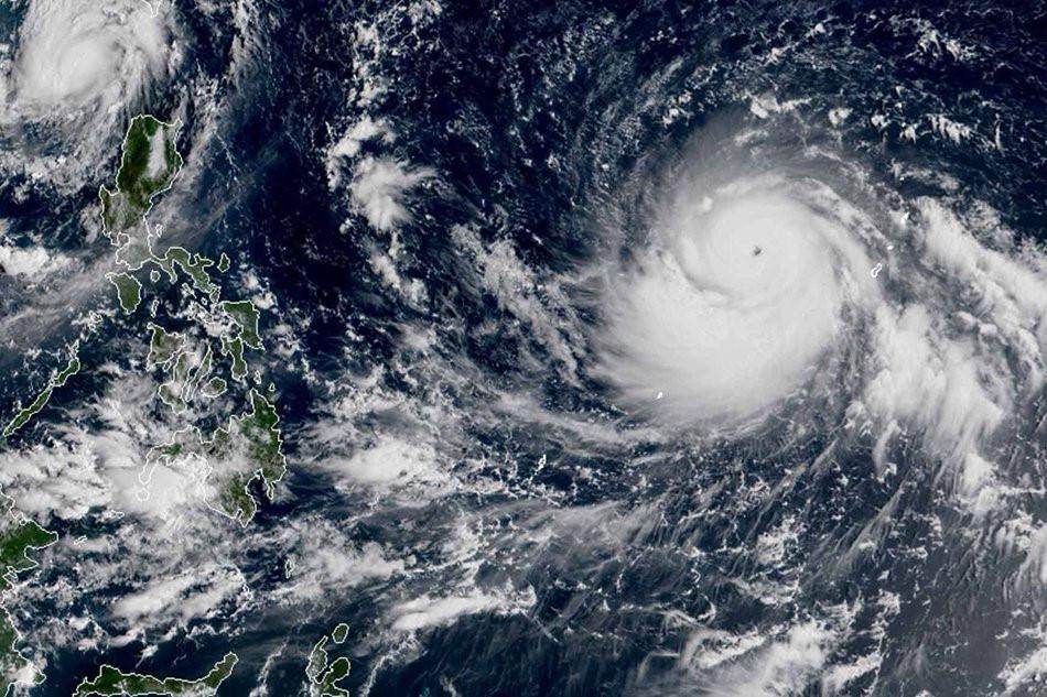 Hoàn lưu khổng lồ của bão Mangkhut và Florence nhìn từ không trung-4