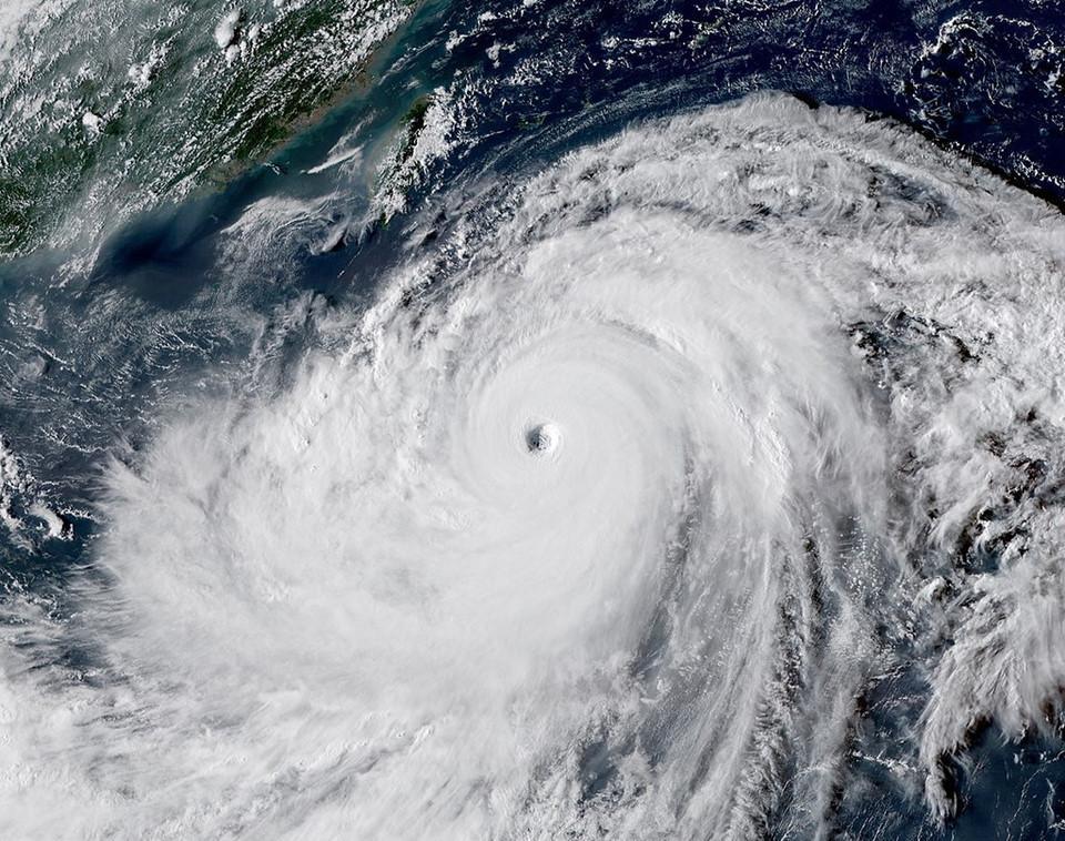 Hoàn lưu khổng lồ của bão Mangkhut và Florence nhìn từ không trung-5