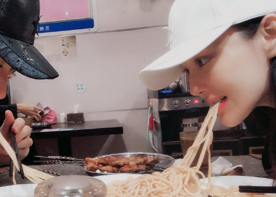 Lý Mạc Sầu Trương Hinh Dư giản dị nắm tay chồng, ăn quán ven đường hưởng tuần trăng mật-2