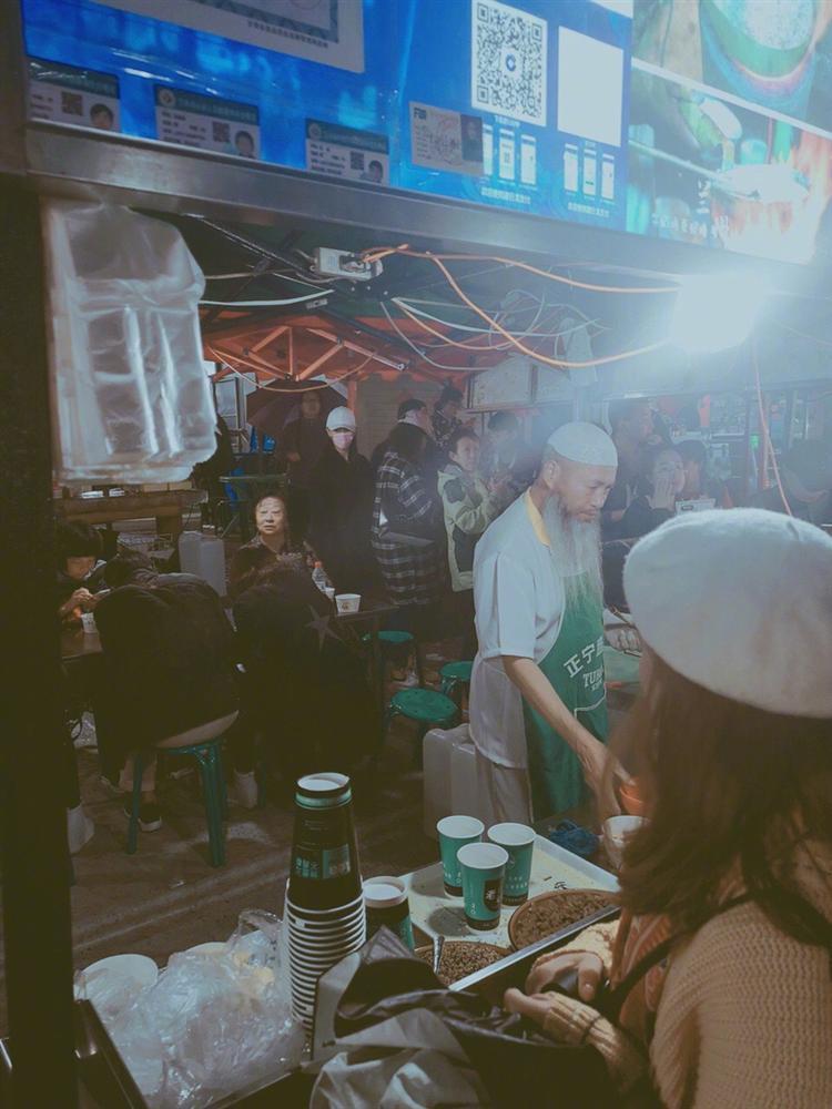 Lý Mạc Sầu Trương Hinh Dư giản dị nắm tay chồng, ăn quán ven đường hưởng tuần trăng mật-3