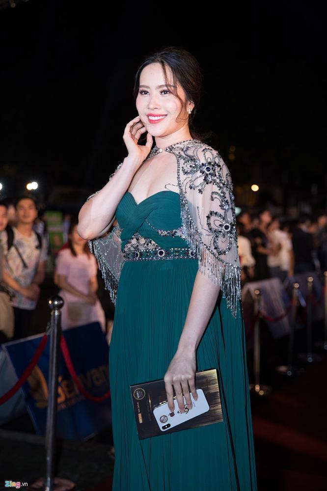 Đụng hàng với hoa hậu Hương Giang, Nam Em thua về mọi mặt nhưng cân nặng thì đàn áp là cái chắc - ảnh 1