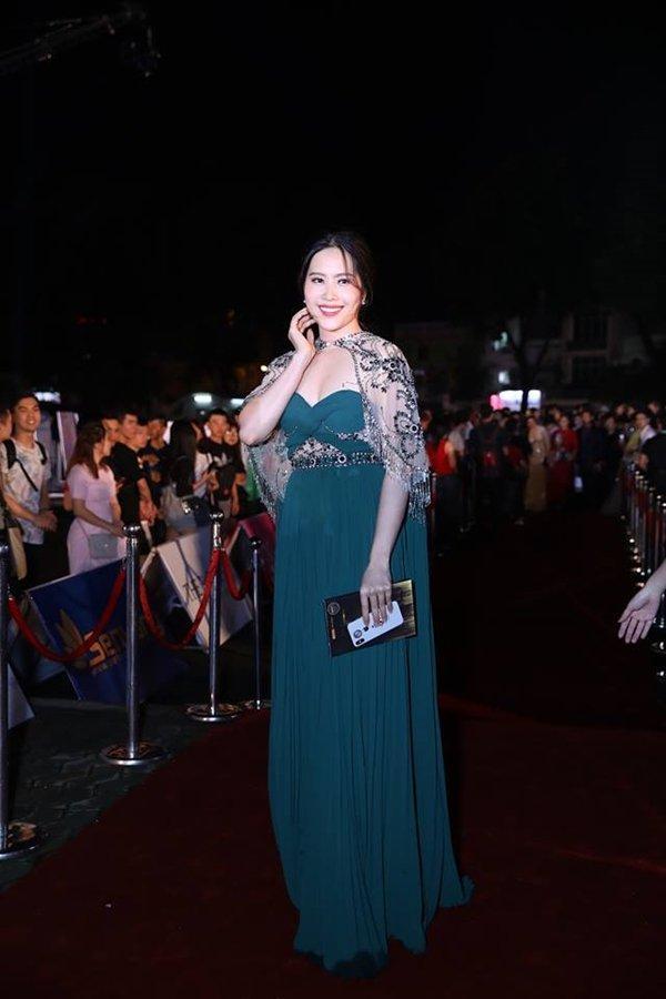 Đụng hàng với hoa hậu Hương Giang, Nam Em thua về mọi mặt nhưng cân nặng thì đàn áp là cái chắc - ảnh 2