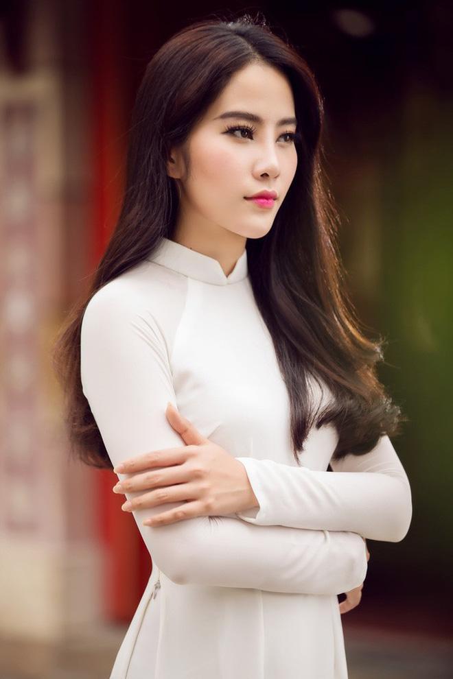 Nam Em để lộ thân hình phì nhiêu màu mỡ, bị ví von là hàng mua online khi đụng thiết kế với Hương Giang-4
