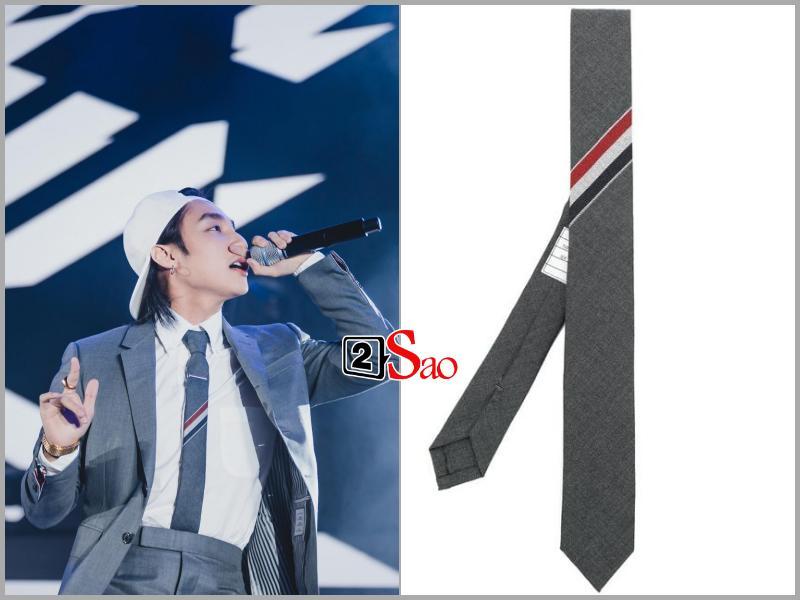 Sơn Tùng M-TP đụng hàng G-Dragon và mặc bộ suit trăm triệu lên sân khấu mà fan chỉ soi khóa quần-5
