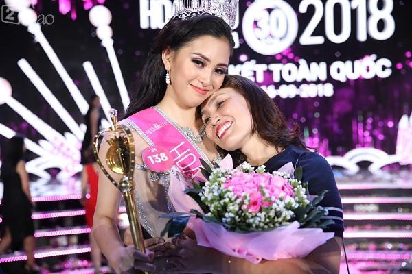 Mẹ tân hoa hậu Trần Tiểu Vy không quan tâm việc con gái bị cộng đồng chỉ trích non nớt, kém ứng xử-4
