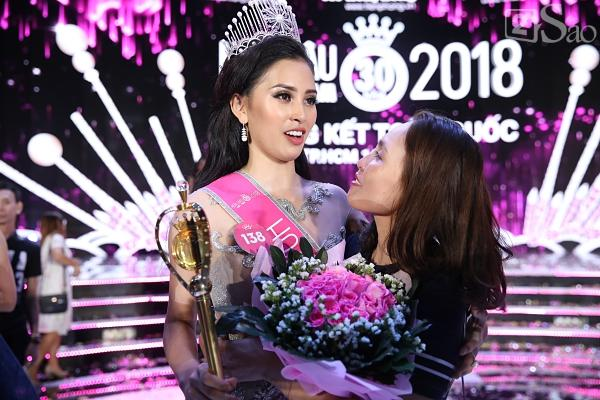 Mẹ tân hoa hậu Trần Tiểu Vy không quan tâm việc con gái bị cộng đồng chỉ trích non nớt, kém ứng xử-6