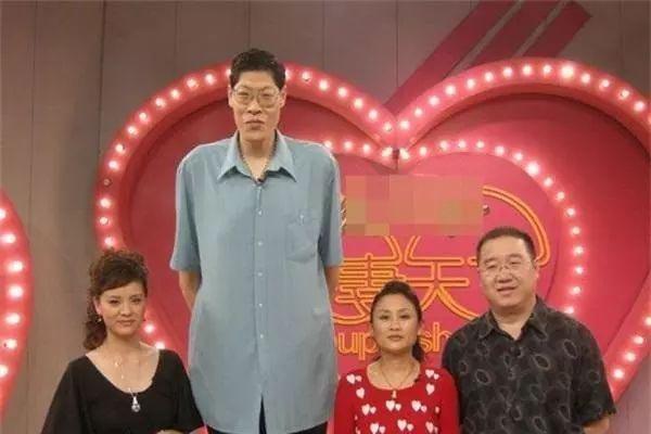 Căn bệnh quái khiến người đàn ông cao 2m42 lấy vợ 19 năm không có con-2