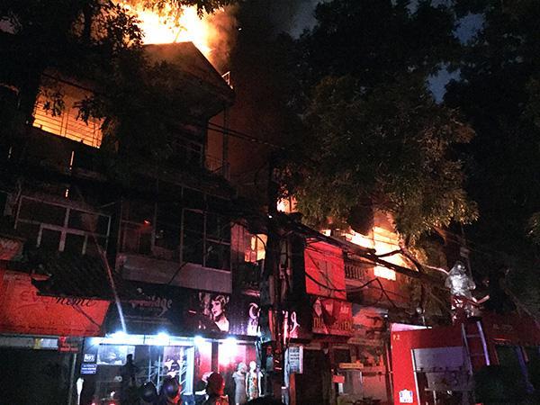 Ảnh, clip: Hiện trường đám cháy gần chục nhà liền kề phố Đê La Thành-1