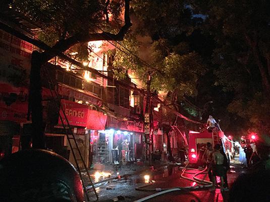 Ảnh, clip: Hiện trường đám cháy gần chục nhà liền kề phố Đê La Thành-2