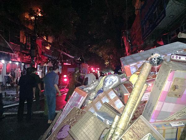 Ảnh, clip: Hiện trường đám cháy gần chục nhà liền kề phố Đê La Thành-3