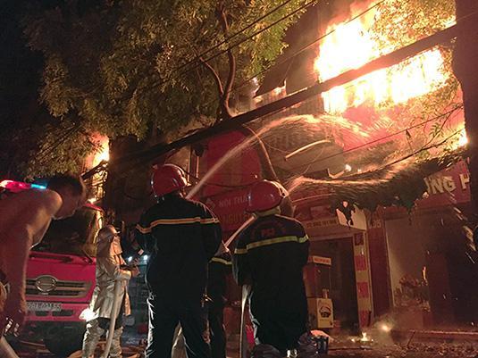 Ảnh, clip: Hiện trường đám cháy gần chục nhà liền kề phố Đê La Thành-4